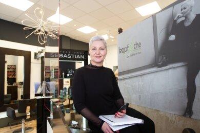 Friseurmeisterin Antje Schwab nimmt Terminwünsche für ihren Salon Kopfsache auch via Messenger entgegen.