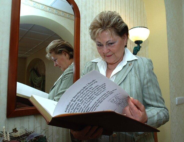 """<p class=""""artikelinhalt"""">Mit Stolz blättert die Wechselburger Bürgermeisterin Renate Naumann im Goldenen Buch der Gemeinde. </p>"""