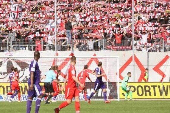 """Doch keine verbotene Rune: Die Fans des FSV Zwickau, die der Gruppe """"Red Kaos"""" angehören, dürfen ihr Banner wieder benutzen."""
