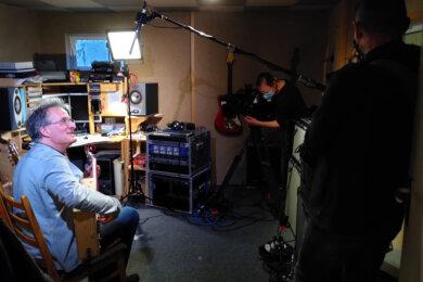 Musiker Torsten Turinsky wurde von einem Team des ZDF gefilmt. Er spielte dafür auf einer Zigarrenkisten-Gitarre.