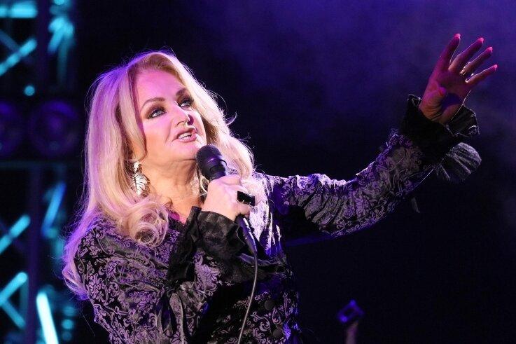 """Zu den größten Hits von Bonnie Tyler zählt """"Total Eclipse of the Heart"""" (1983). Die Walisin steht seit 50 Jahren auf der Bühne."""