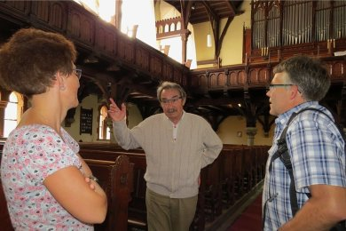 """Géza Németh (79) beschäftigt sich mit der Geschichte von Bad Elster - und ist auch Kirchenführer. Das Studium der """"Freien Presse"""" und der enge Kontakt zur Lokalredaktion gehören für ihn unbedingt dazu."""