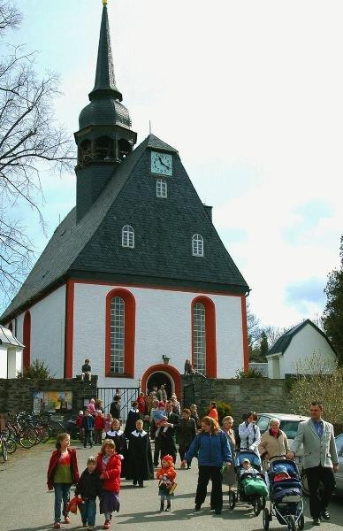 """<p class=""""artikelinhalt"""">Der regelmäßige Besuch der Gottesdienste - wie am Sonntag in der evangelisch-lutherischen Kirche von Königswalde - gehört für viele Christen dazu. Doch die Zahl der Kirchgemeindeglieder sinkt generell. Deshalb wird über neue Strukturen nachgedacht - etwa das Zusammenlegen der Kirchenbezirke Annaberg und Stollberg.</p>"""