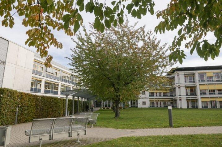 Besucherinnen und Besucher des Hartmannsdorfer Krankenhauses klagen über strenge Regeln.