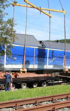 Der Wagen ist für weitere Arbeiten in die Bahnwerkstatt Marienberg gebracht worden.