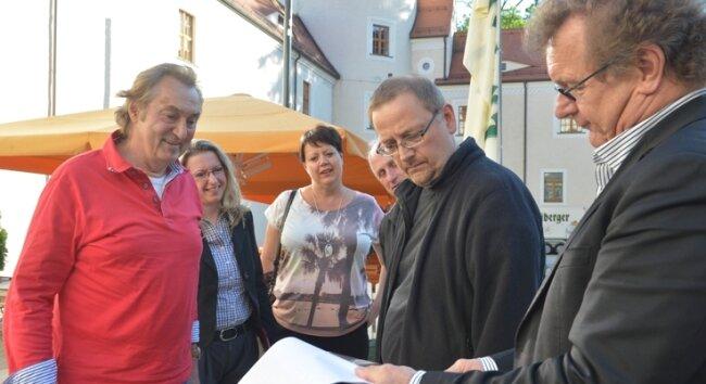 """Electra-Chef Bernd Aust (l.) hat sich vor kurzem mit dem Freiberger Chorleiter Peter Rülke (2. v. r.) und Roland Säurich, dessen Konzerthaus """"Tivoli"""" den Abend veranstaltet, im Schlosshof umgesehen."""