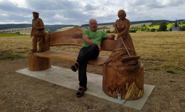 Karl-Heinz Göhler freut sich über die neue Ruhebank in Cämmerswalde und genießt den Ausblick.