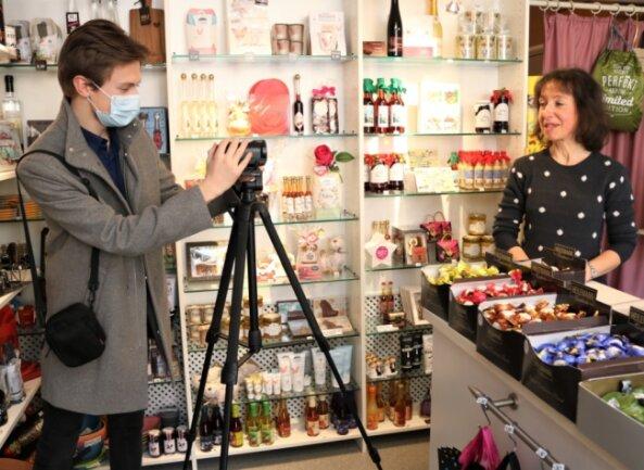 """Videodreh mit Oederaner Einzelhändlern: Ramona Wache vom Geschäft """"Süßwaren und Präsente"""" (r.) steht vor der Kamera von Max Porstmann."""