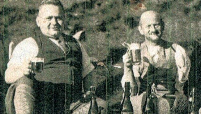 Der in Neugeschrei lebende Anton Hippmann hat eine umfangreiche Familienchronik erarbeitet. Dabei ist er auch der Spur seines Großonkels Hubert Hippmann gefolgt, der als Wildschütz bekannt wurde. Das Foto zeigt Kriminalkommissar Willy Häußler (links) und Wildschütz Hubert Hippmann.