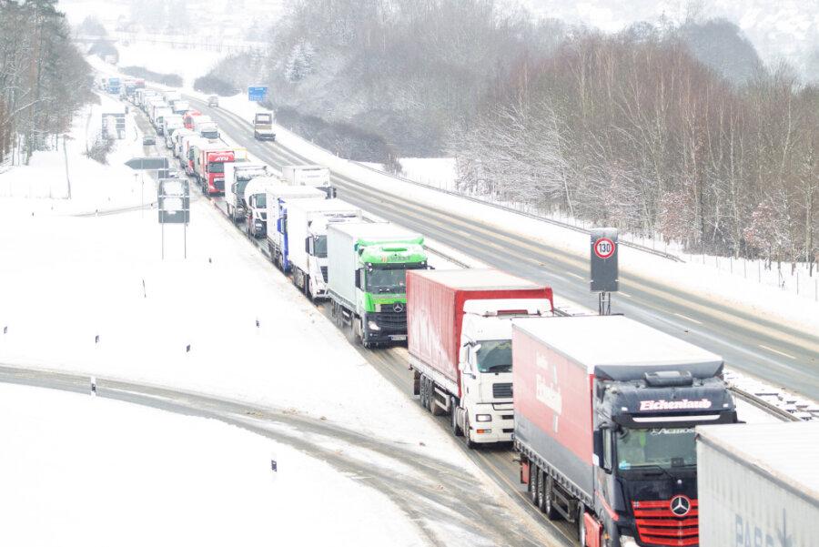 Der Verkehr war am Montagvormittag auf der A 72-Auffahrt Plauen-Ost lahm gelegt.