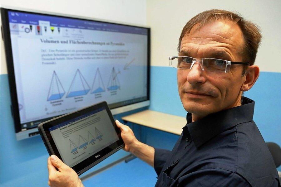 Schulleiter Ingo Weidhaas demonstriert das digitale Lehrbuch, das ab kommendem Schuljahr in Neukirchen Standard sein soll.
