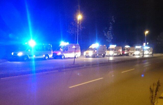 Einsatzkräfte des DRK auf Abruf an der Kreuzung Dresdner Straße/Frankenbeger Straße.
