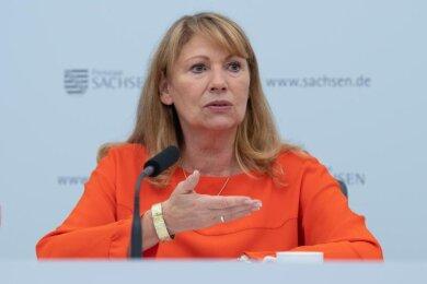 Petra Köpping (SPD), Sozialministerin von Sachsen, spricht zur Presse.