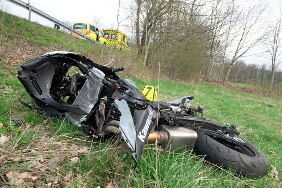 Das Motorrad kam auf einem angrenzenden Feld zum Liegen.