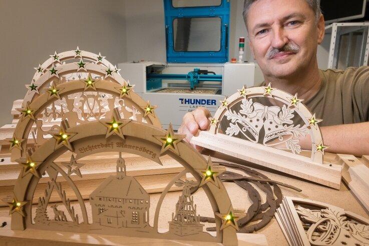 Zum Start stellt Frank Melzer seine circa 21 Zentimeter breiten und LED-beleuchteten Schwibbögen mit drei verschiedenen Motiven her.