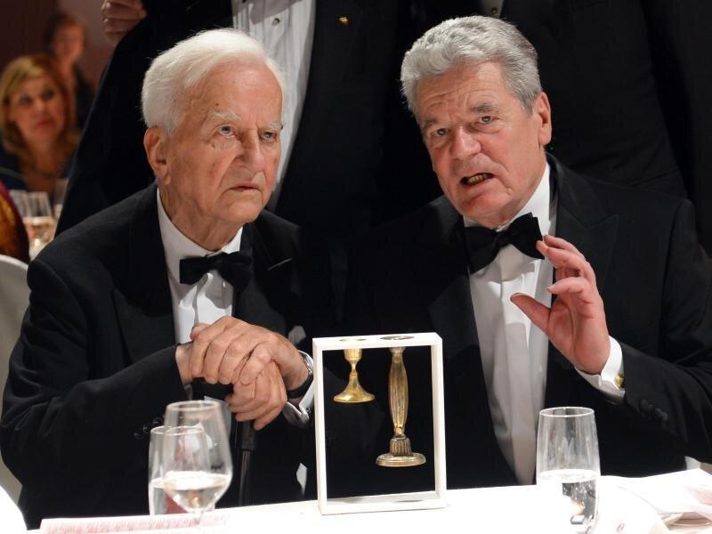 Alt-Bundespräsident Richard von Weizsaecker (l) und das amtierende Staatsoberhaupt der Bundesrepublik Deutschland, Joachim Gauck, bei einer Veranstaltung im November 2012.