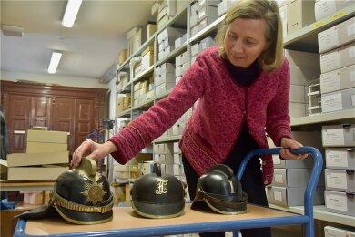Einen Offizier-Helm und zwei Mannschaftshelme hat Museumsmitarbeiterin Gabriele Pabstmann katalogisiert.
