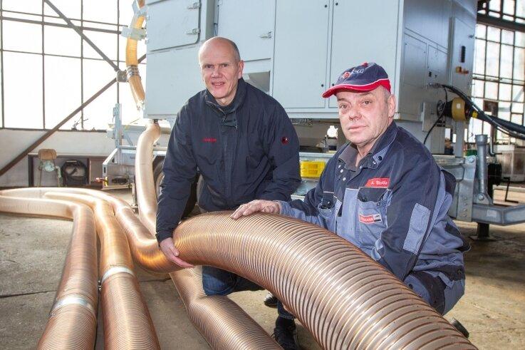 Bernd Rudat (links) hat den Saugbagger entwickelt, Lehmann-UMT den Prototyp gebaut. Der angeschlossene Schlauch zieht Materialien aus der Tiefe. Ob und wie das auch unter arktischen Bedingungen funktionieren kann, wird nun getestet. Rechts im Bild: Mechaniker Andreas Slotta.