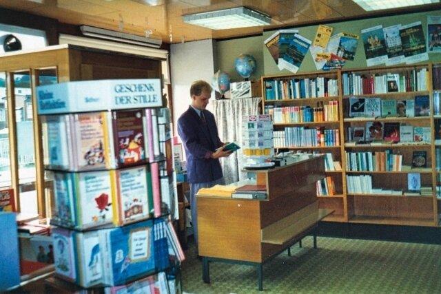 Michael Schneider bei seinem ersten Besuch in der Buchhandlung. Das war im März 1991. Er hatte einen Kaufantrag bei der Treuhand gestellt und durfte die Filiale vorab in Augenschein nehmen.