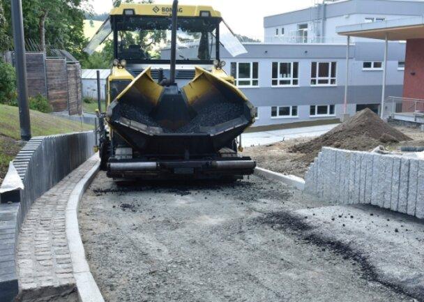 Für den Oberschulanbau am Schulzentrum auf dem Amtsberg wurde am Donnerstag die Zufahrt der Feuerwehr asphaltiert.