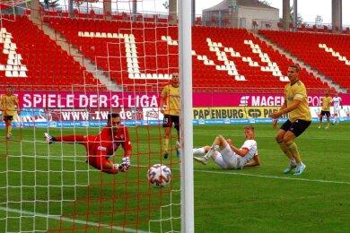 Gleich landet der Ball in den Maschen: Der Zwickauer Angreifer Gerrit Wegkamp (am Boden) überwindet den Bayreuther Torhüter Lucas Zahaczewski zum 3:0.