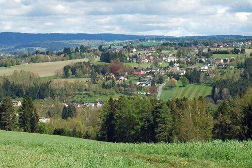 Am Aussichtspunkt Arnsgrüner Höh': Der Blick schweift über Remtengrün in die Ferne.