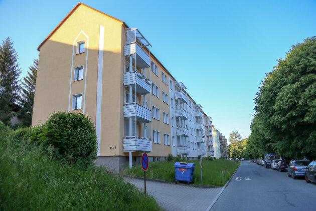 In einem Mehrfamilienhaus an der Goethestraße in Zschopau ist am Montag ein sechsjähriges Kind durch eine Explosion schwer verletzt worden.
