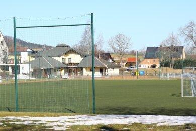 Langsam lugt selbst in oberen Lagen - wie hier beim SV Blau-Weiß Crottendorf - das Grün unter dem Schnee heraus. Doch trotzdem wird demnächst kein Ball über den Platz rollen. Seit Wochen, unabhängig von der Witterung, ist der Vereinssport eingestellt. Wann sich dies ändert, ist unklar.