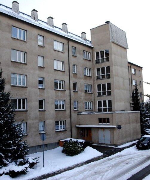 Der altersgerechte Wohnblock am Clara-Wieck-Ring 25 im Neubaugebiet von Markneukirchen. Der Technische Ausschuss der Stadtrates hat am Mittwoch seinen Abriss bis Ende 2010 beschlossen.