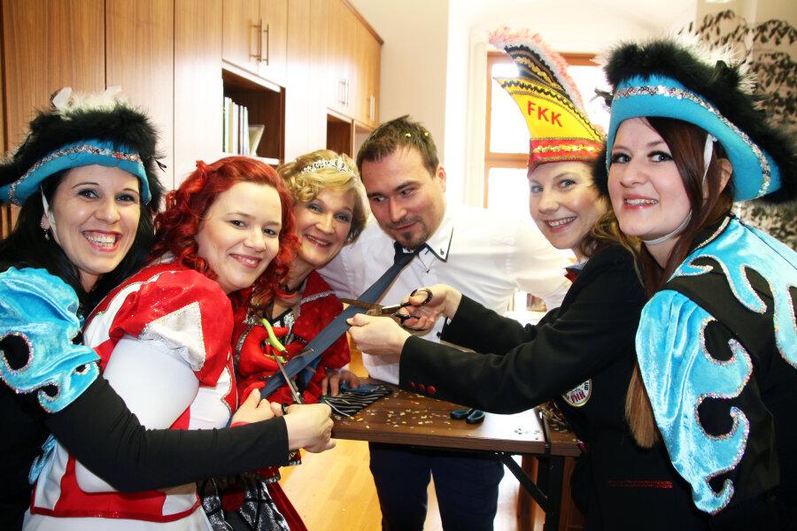 Um das Ende seiner Krawatte mitzuerleben wurde Philipp Preißler vom Büro des Oberbürgermeisters von den Karnevalsdamen auch noch über den Tisch gezogen.