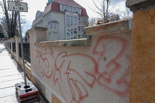 Die sanierte Mauer am Gymnasium wurde beschmiert.