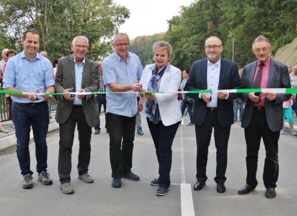 Leubsdorfs Bürgermeister  Dirk Fröhlich (l.) freut sich mit seinen Gästen über die Freigabe der Straße.
