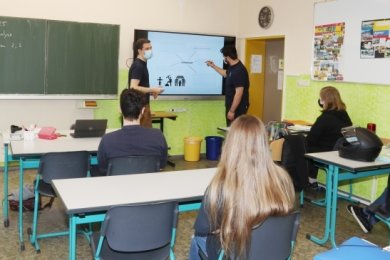 Lehrer Christian Lörke (links) und Schüler Rick Seitz der Klasse 10b beim Lernen an der digitalen Tafel.