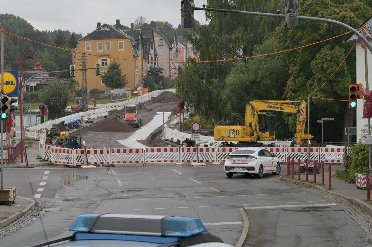 Die Baustelle auf der B180. Noch ist die Kreuzung zumindest von drei Seiten befahrbar, aber ab voraussichtlich 25. Oktober ist sie für mehrere Wochen gesperrt. Der Lidl-Markt soll erreichbar bleiben.