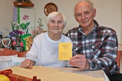 Lisa und Klaus Markert haben sich von der Stadt Kirchberg einen Impftermin in der Zwickauer Stadthalle vermitteln lassen. Dass sie eine Spritze erhalten haben, ist im Impfausweis dokumentiert.