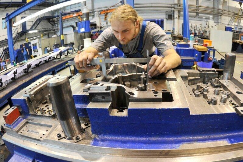 """<p class=""""artikelinhalt"""">Beim Werkzeughersteller Aweba ist der Umsatz gegenüber dem Krisenjahr 2009 wie bei vielen Unternehmen im Erzgebirge kräftig gewachsen. Im Bild: Werkzeugmacher Micha Roßner bei der Arbeit an einem Umformwerkzeug für einen namhaften Automobilhersteller.  </p>"""