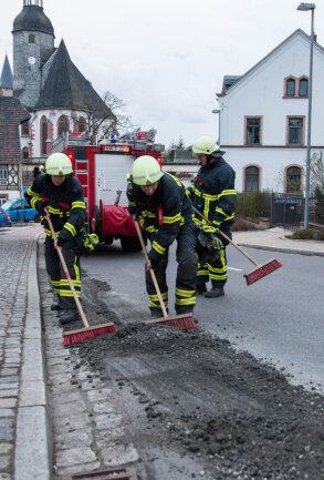 Mit Besen und Schaufel ist am Donnerstagabend die Rochlitzer Feuerwehr an der Leipziger Straße, Höhe Burgstraße, im Einsatz gewesen.