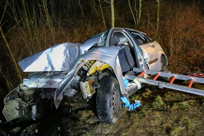 B 171: Ford prallt gegen Baum - Fahrerin schwer verletzt