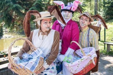 Die Osterhasen vom Förderverein des Naturparks Köbe sammelten Spenden für eine neue Voliere.