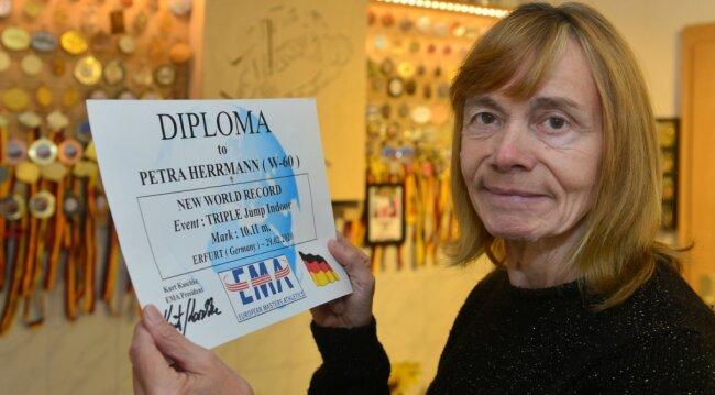 Petra Herrmann aus Frankenberg hat für ihren Weltrekord im Dreisprung der Altersklasse 60 eine Urkunde erhalten.