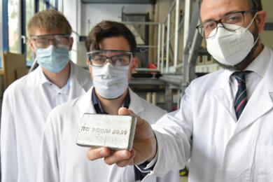Robin Hofmann und Martin Reiber vom Freiberger Start-up RMF Tech stellten ihre Idee der Metallrückgewinnung zuletzt Sachsens Wissenschaftsminister Sebastian Gemkow (CDU, von links) vor. Trotz Pandemie wird der Gründer-Geist an der TU Bergakademie hochgehalten.
