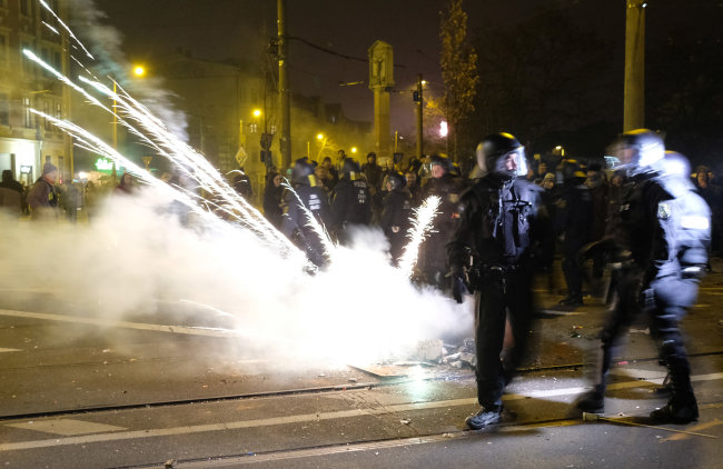 Polizisten räumen eine Kreuzung im Stadtteil Connewitz. In der Neujahrsnacht ist es dort zu Zusammenstößen zwischen Linksautonomen und der Polizei gekommen.
