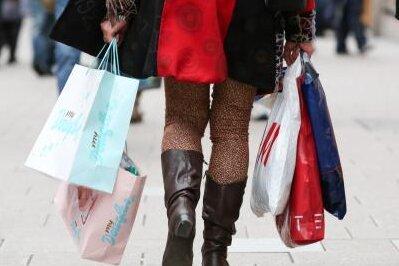 Nach Shopping-Touren im Nicht-EU-Ausland gelten bei der Einreise nach Deutschland bestimmte Obergrenzen. Wer mehr einführt, muss Zoll bezahlen.
