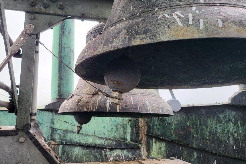Hier entsteht die Musik: Die Zugdrähte zupfen an Hebeln, die wiederum die Klöppel in den Bronzeglocken gegen die Innenwandung schlagen lassen.