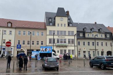 Trotz strömenden Regens hat auf dem Frankenberger Markt eine Versammlung der AfD-Stadtratsfraktion stattgefunden.