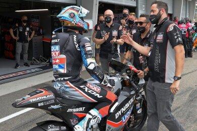 Marcel Schrötter nimmt nach dem Rennen die Glückwünsche seines Teams entgegen.