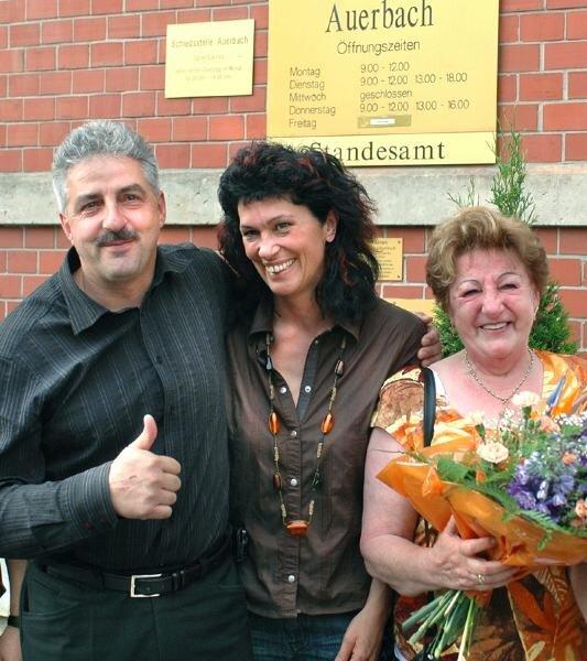 """<p class=""""artikelinhalt"""">Manfred Deckert mit Ehefrau Ramona und Mutter Brigitte unmittelbar nach dem Wahlsieg am Sonntag. """"Meine Familie ist meinen Weg mitgegangen"""", betont der künftige Auerbacher Oberbürgermeister. </p>"""