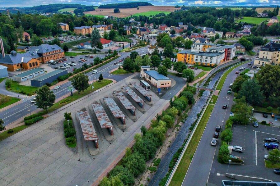 Der Busbahnhof Rodewisch gilt neben Plauen als Drehkreuz für den Personennahverkehr im Vogtland. Den Passagieren präsentiert er sich wie im Jahr 1985, als die Umsteigestelle gebaut wurde. 2022 soll der Umbau mit Verzögerung umgesetzt werden. Aus sechs werden acht Bussteige.