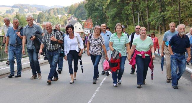 Noch einmal zu Fuß: Alle Gäste liefen zur Einweihung den Abschnitt ab.