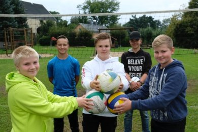 Volleyball im Zeichen der Zeppelinlandung, klarer Fall auch für Jan Kulke, Tim Hohner, Rick Kulke, Kenny Wolf und Kevin Kuhn (von links).